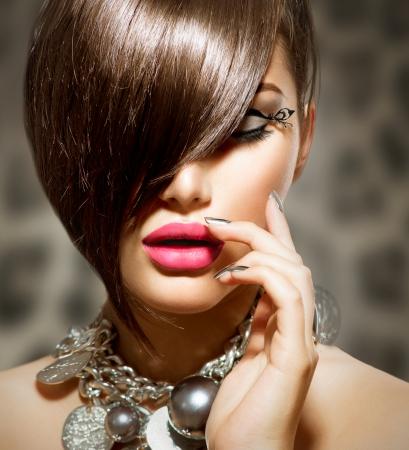 maquillaje de ojos: Fringe Beauty Girl Modelo sexy con maquillaje perfecto y manicura
