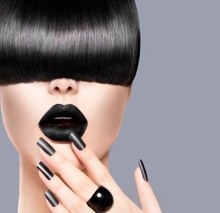 Portret schoonheid Meisje met trendy kapsel, Black Lips en Spijkers