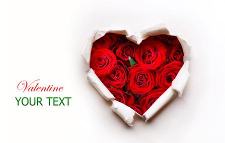 赤いバラの花の花束と紙のバレンタイン ハート 写真素材