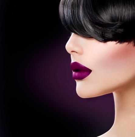 Bellezza donna faccia close up con belle labbra viola scuro