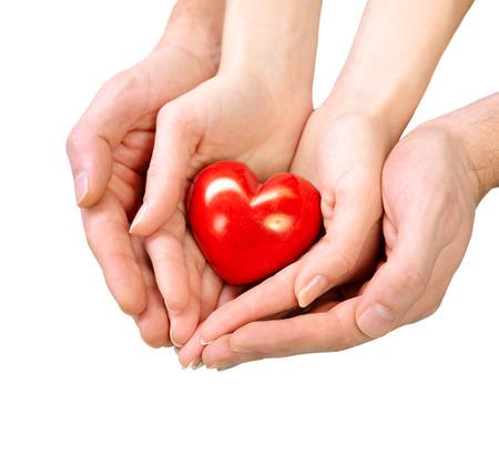el coraz�n de san valent�n: Coraz�n de San Valent�n en el hombre y la mujer las manos aisladas en blanco