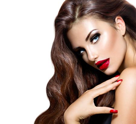 茶色の長いウェーブのかかった髪の美しさのモデルの女性