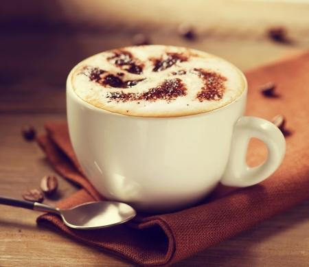 카푸치노 나 라떼 커피의 카푸치노 컵
