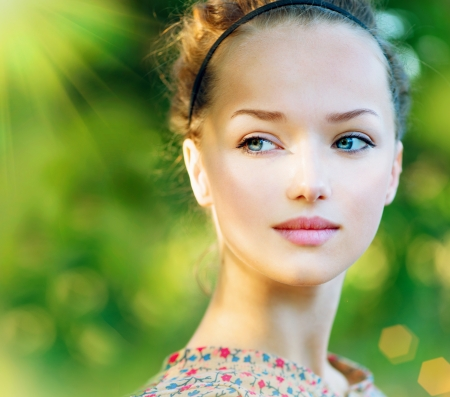 ojos azules: Belleza Modelo adolescente Chica del resorte sobre la naturaleza de fondo verde Foto de archivo