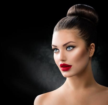 mode: Mannekäng flicka porträtt med blå ögon och sexiga röda läppar