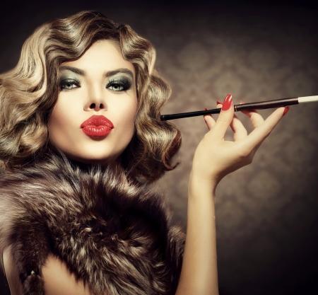 retrato: Belleza Mujer retra con Boquilla Vintage Styled Belleza