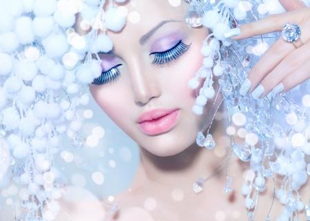 falso: Invierno Mujer Hermosa Modelo de manera con el peinado de la nieve Foto de archivo