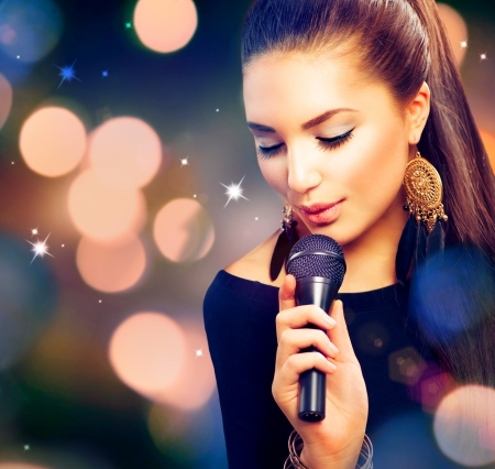 cantando: Hermosa muchacha cantante Belleza con micr�fono