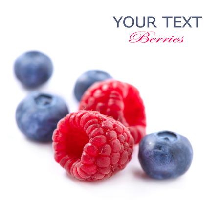 딸기는 흰색에 고립