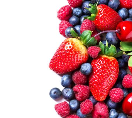 santé: Baies frontière isolé sur blanc de printemps Berry bio