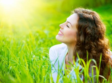 美しい春の若い女性の屋外自然を楽しんでいます。