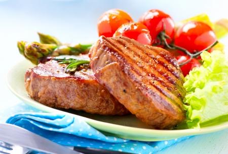 야채와 함께 구운 된 스테이크 쇠고기 스테이크 고기