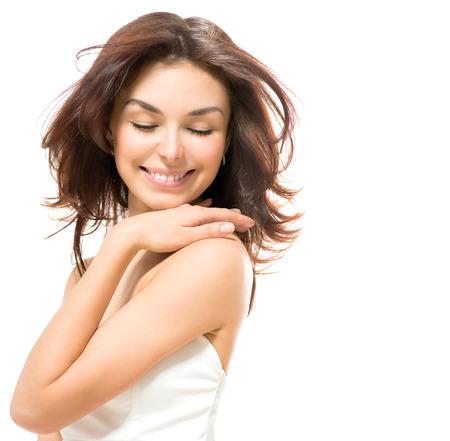 美しさの女性美しい若い女性彼女の肌に触れる