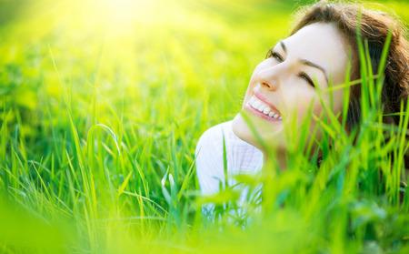 Primavera hermosa joven mujer al aire libre Disfrutar de la naturaleza Foto de archivo