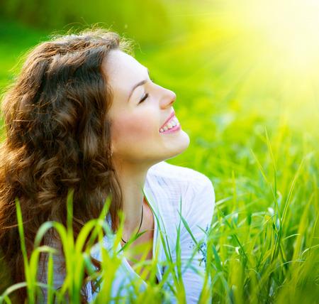 disfrutar: Primavera hermosa joven mujer al aire libre Disfrutar de la naturaleza Foto de archivo