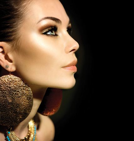 aretes: Moda Mujer Retrato del perfil aislado en negro