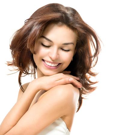 아름다움: 아름다움 여자는 아름 다운 젊은 여성이 그녀의 피부를 만지고