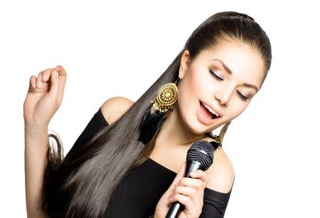 cantando: Canto de la mujer de la belleza de la mujer con micr�fono Foto de archivo