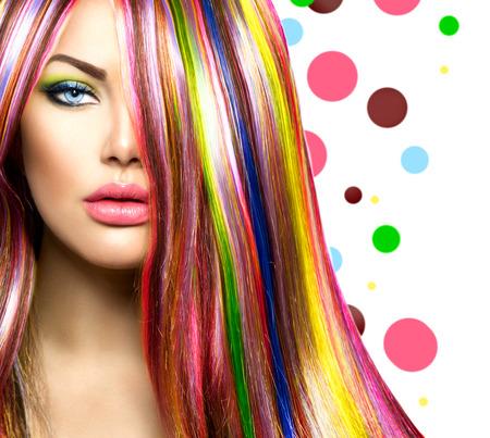 時尚: 五顏六色的頭髮和化妝美容時裝模特女孩