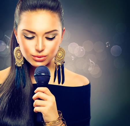 마이크와 아름다운 노래 소녀 아름다움 여자 스톡 콘텐츠