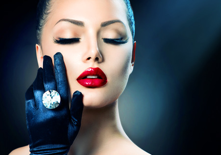 Skönhet Mode Glamour Girl porträtt över svart