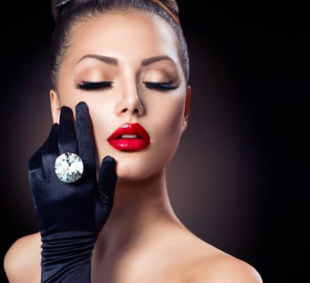 美しさのファッションの魅力の少女の肖像画黒の上