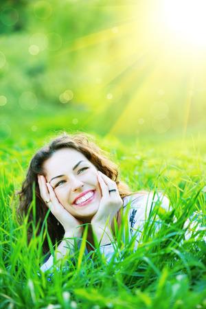 아름다운 봄 젊은 여자 야외는 자연을 즐기기