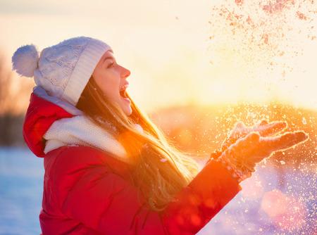Beauty Winter meisje met plezier in Winter Park Stockfoto