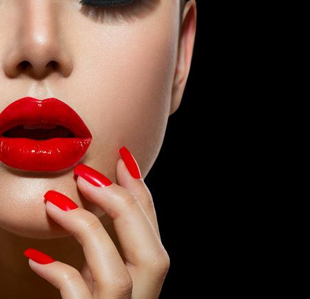 マニキュア赤のセクシーな唇と爪のクローズ アップとメイクアップ