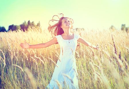 Schoonheid Meisje in openlucht genieten van de natuur Mooie Teenage Model Stockfoto