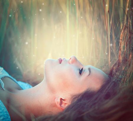 십 대 모델 소녀 야외에서 자연을 즐기는 스톡 콘텐츠