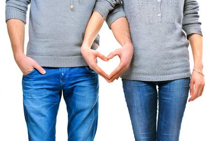 Valentine paar in liefde toont hart met hun vingers
