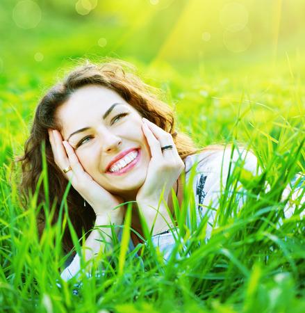 niñas sonriendo: Primavera hermosa joven mujer al aire libre Disfrutar de la naturaleza Foto de archivo