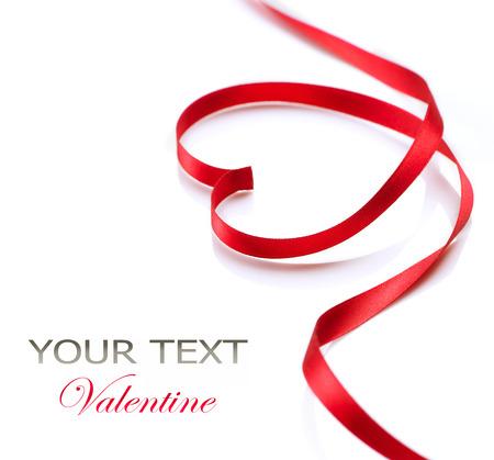 el coraz�n de san valent�n: Coraz�n de San Valent�n de seda roja del s�mbolo del amor cinta Foto de archivo