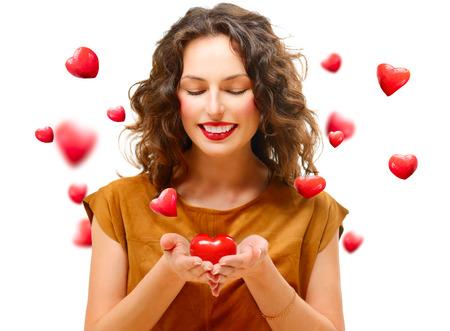 el coraz�n de san valent�n: Belleza mujer joven con Valentine coraz�n en sus manos Foto de archivo