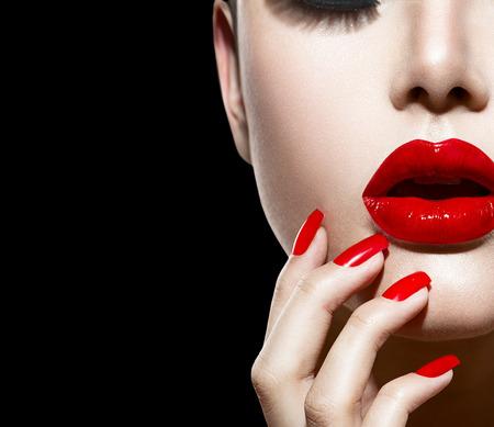 입술의: 빨간 섹시한 입술과 손톱의 근접 촬영 매니큐어 및 메이크업