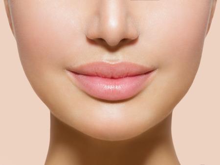 입술의: 흰색 통해 아름 다운 완벽한 입술 섹시한 입 근접 촬영