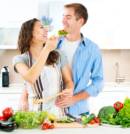 couple eating: Cooking Pareja Happy Together Alimentos Dieta Saludable Foto de archivo