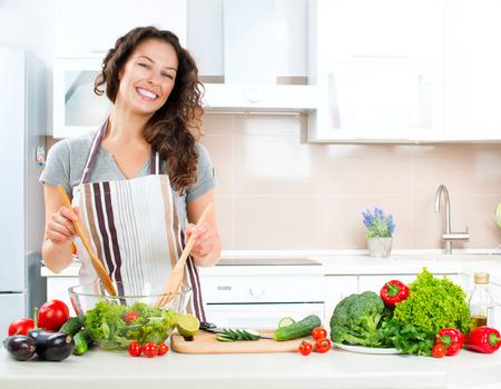 zdrowa żywnośc: Młoda Kobieta gotowania zdrowej żywności Zdjęcie Seryjne