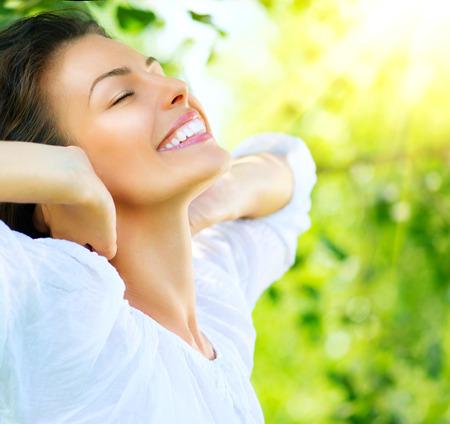 sonrisa: Mujer hermosa joven al aire libre Disfrute de la Naturaleza