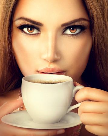커피 아름 다운 섹시 한 여자 마시는 차 또는 커피