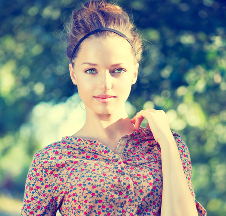nature green: Belleza Modelo adolescente de la muchacha sobre la naturaleza de fondo verde