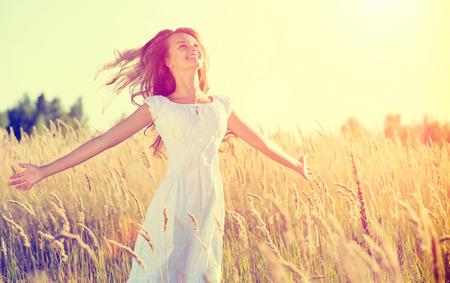 屋外自然を楽しんで美しい十代の少女