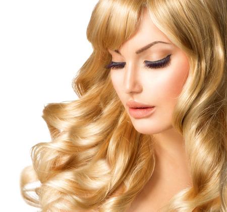 긴 곱슬 금발 머리와 금발 여자의 초상화 아름 다운 소녀