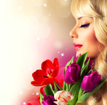 bouquet fleur: Femme de beaut� avec le bouquet de fleur de ressort Banque d'images