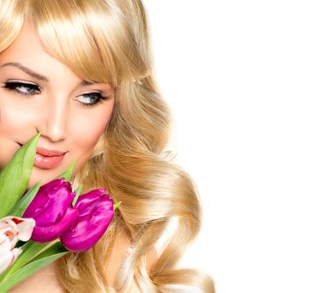 ragazze bionde: Bellezza Donna con bouquet di fiori di primavera