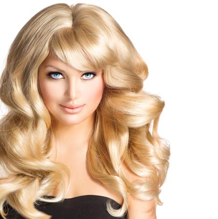 femme blonde: Beauté femme blonde Belle fille avec de longs cheveux blonds bouclés