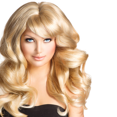 blond hair: Belleza Mujer Rubia Hermosa chica con el pelo rubio rizado largo Foto de archivo