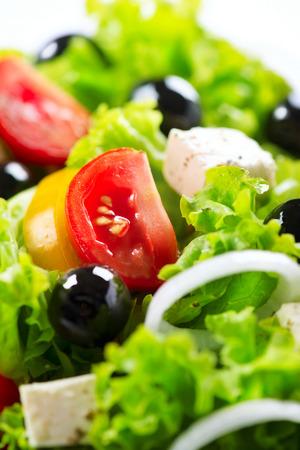 Griekse salade close-up met feta kaas, tomaten en olijven Stockfoto