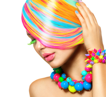 Muchacha de la belleza del retrato con el maquillaje de colores, Cabello y Accesorios